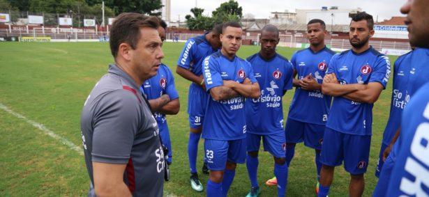 Alex Alves conversa com jogadores (Foto: Marcelo Germano/Juventus)