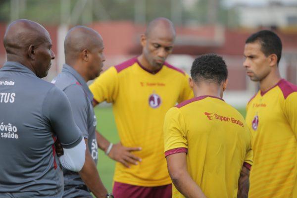 Técnico Edmilson de Jesus orienta jogadores (Foto: Marcelo Germano/Juventus)