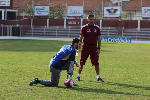 Márcio Leite, preparador físico do Juventus, orienta goleiro André Dias (Foto: Marcelo Germano/C.A. Juventus)