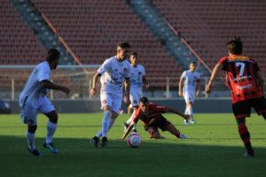 Gustavo França fez primeiro jogo na equipe profissional contra o Ituano - Foto: Marcelo Germano